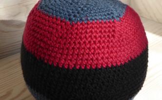 Boldt med 5 striber. Farverne fra toppen blå, rød, sort, blå, rød.