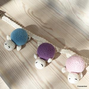 Barnevongskæde med 3 skilpader på. En med blåt skjold, en med lilla skjold og en med lyserødt skjold.