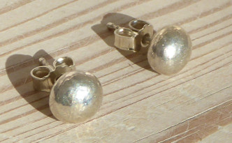 Et par sølv øreringe. Det er sølvperler med stikker.